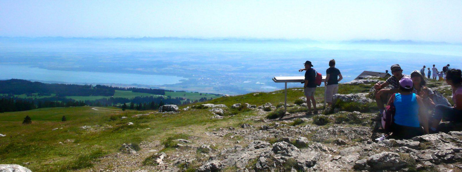 Vue sur le plateau suisse, le lac de Neuchâtel du sommet du Chasseron. Au loin, les Alpes valaisannes