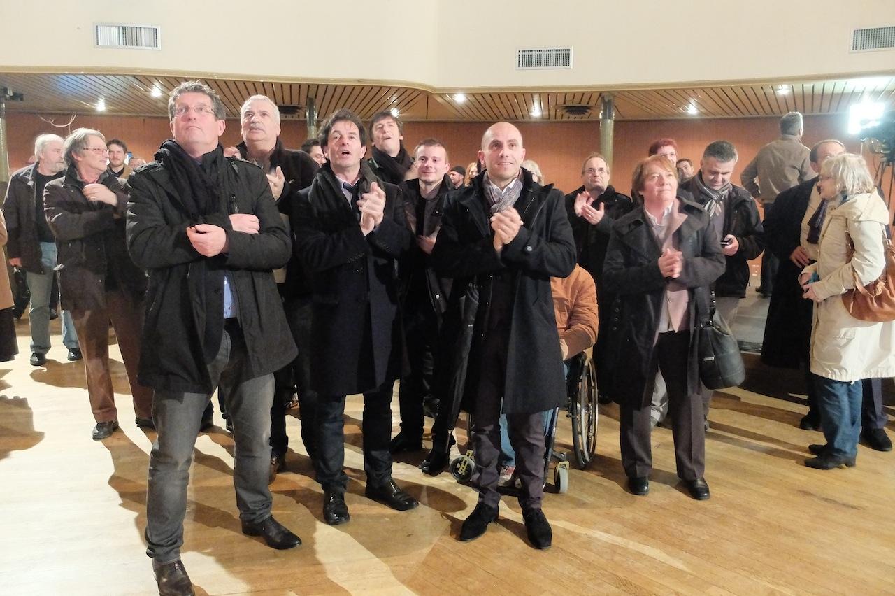Entourant le sénateur Jacques Grosperrin, Philippe Gonon, Ludovic Fagaut et Odile Faivre-Petitjean exultent en voyant s'afficher leur victoire, au Kursaal de Besançon. Photo D.B.