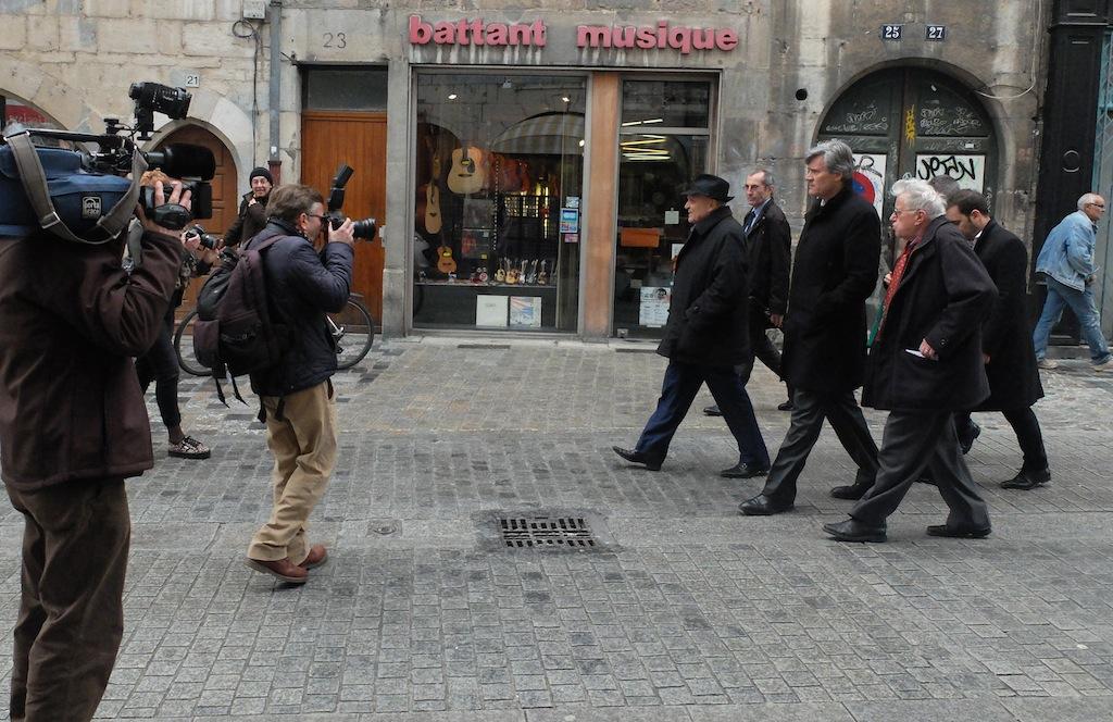 Stéphane Le Foll et Claude Jeannerot descendent la rue Battant... Le quartier vote à gauche à plus de 70%, mais il n'y a pas foule.