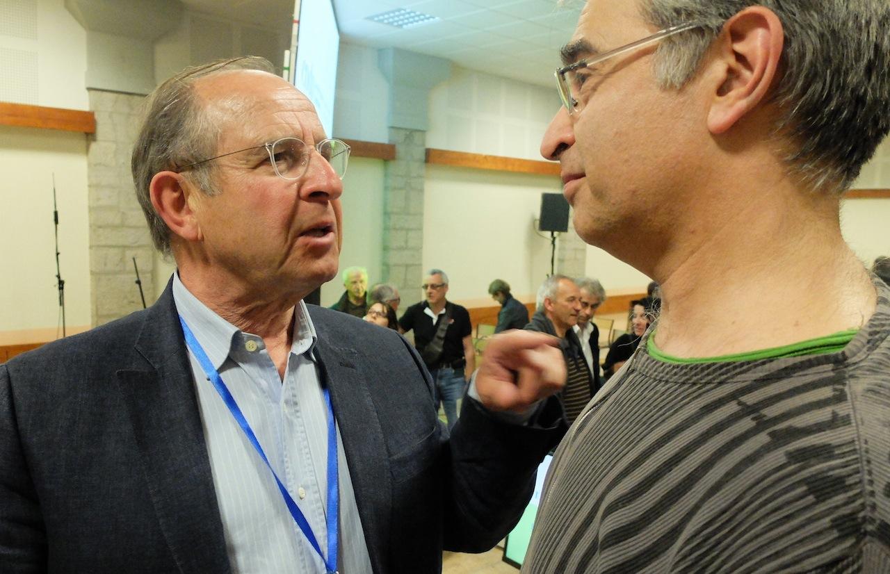 Jean-Michel Klozt, directeur général adjoint de Pierre et Vacances, poursuit la discussion avec Pascal Blain, de France Nature Environnement.