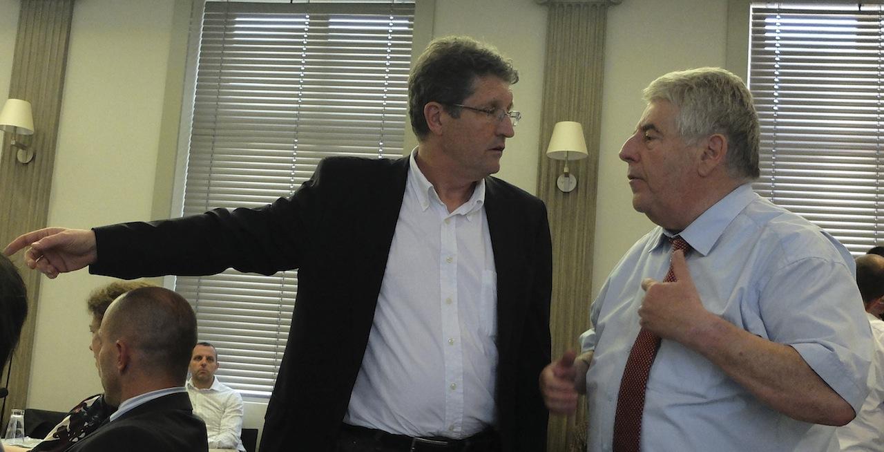 Philippe Gonon (UDI) et Jean-Louis Fousseret pendant la suspension de séance décidée par le second après une sortie du premier
