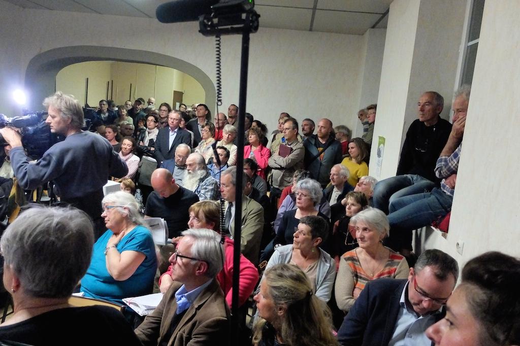 Quelque 120 personnes, dont une bonne moitié debout, ont débattu plus de trois heures à Plasne...