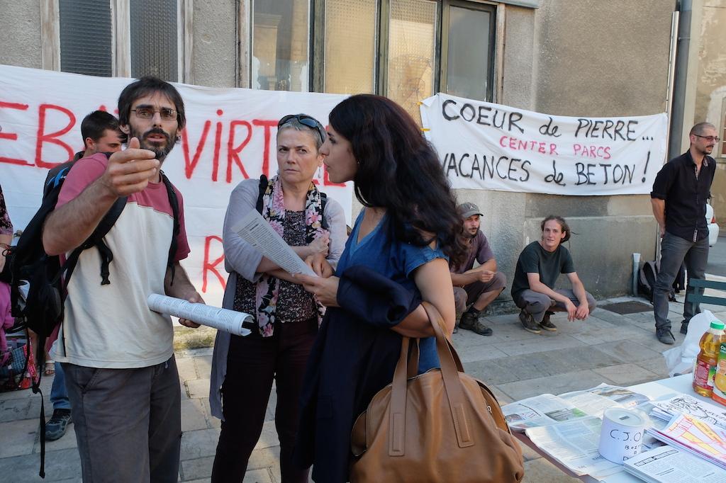 Fatima Ouassak, membre de la commission du débat public, s'entretient avec des opposants.