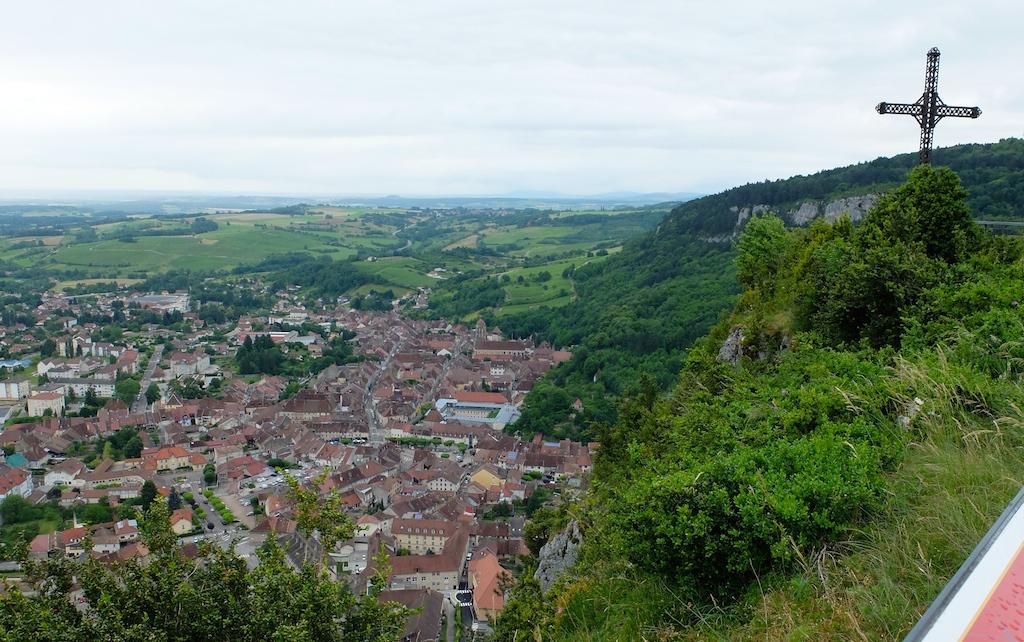 Poligny, vue de Barretaine, sur le premier plateau où est située sa forêt communale, 200 m plus haut.