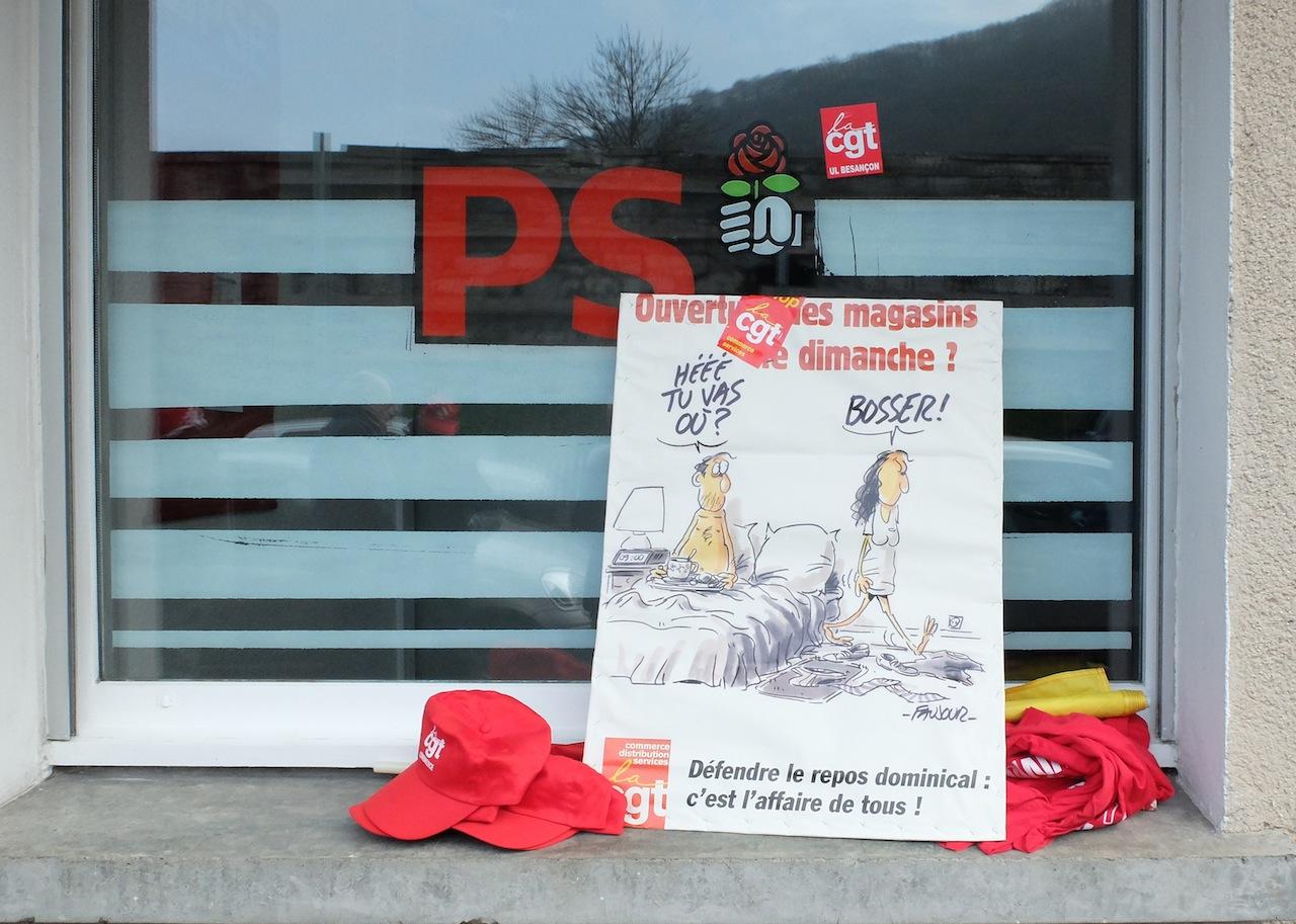 21 janvier 2015, action de la CGT commerce du Doubs devant le siège du PS à Besançon contre ce qui n'est alors que le projet de loi Macron. Symbole de la fracture entre le PS et le salariat.