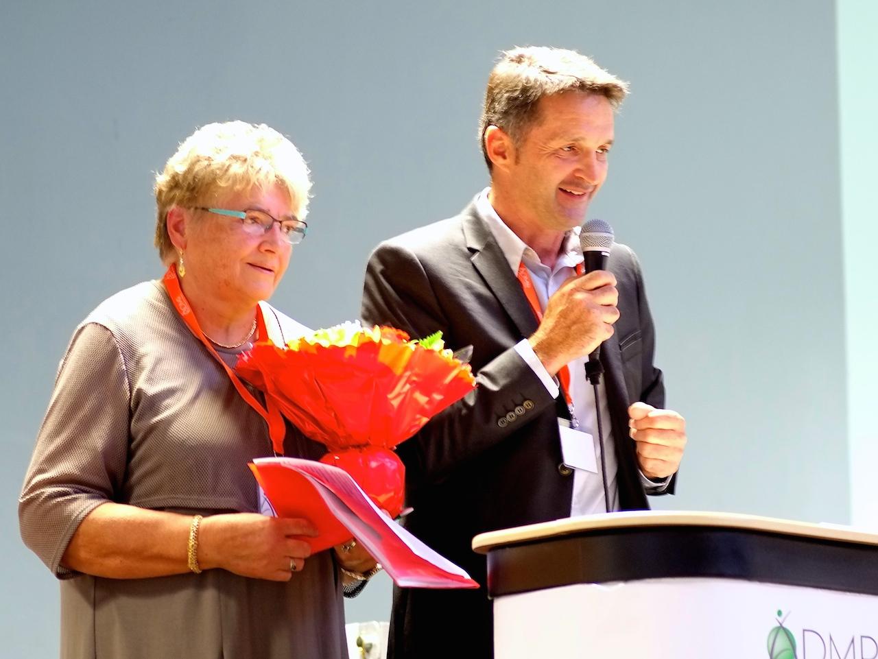 Philippe Alpy remettant des fleurs à Marie-Claude Roethlisberger, présidente de l'ADMR de Clerval, qui assume la présidence intérimaire de l'ADMR de Saône-Mamirole...