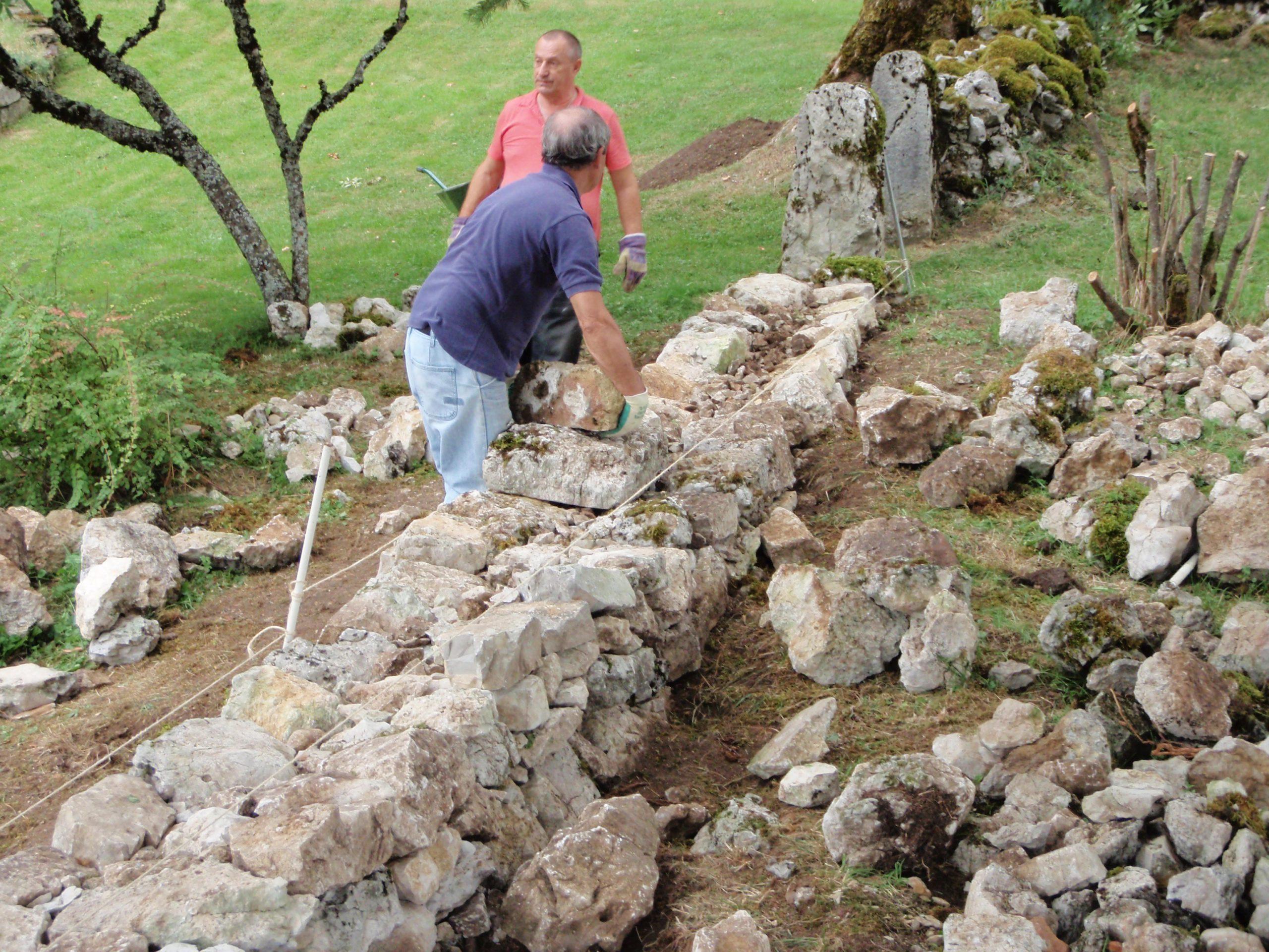Reconstruction d'un mur en pierres sèches