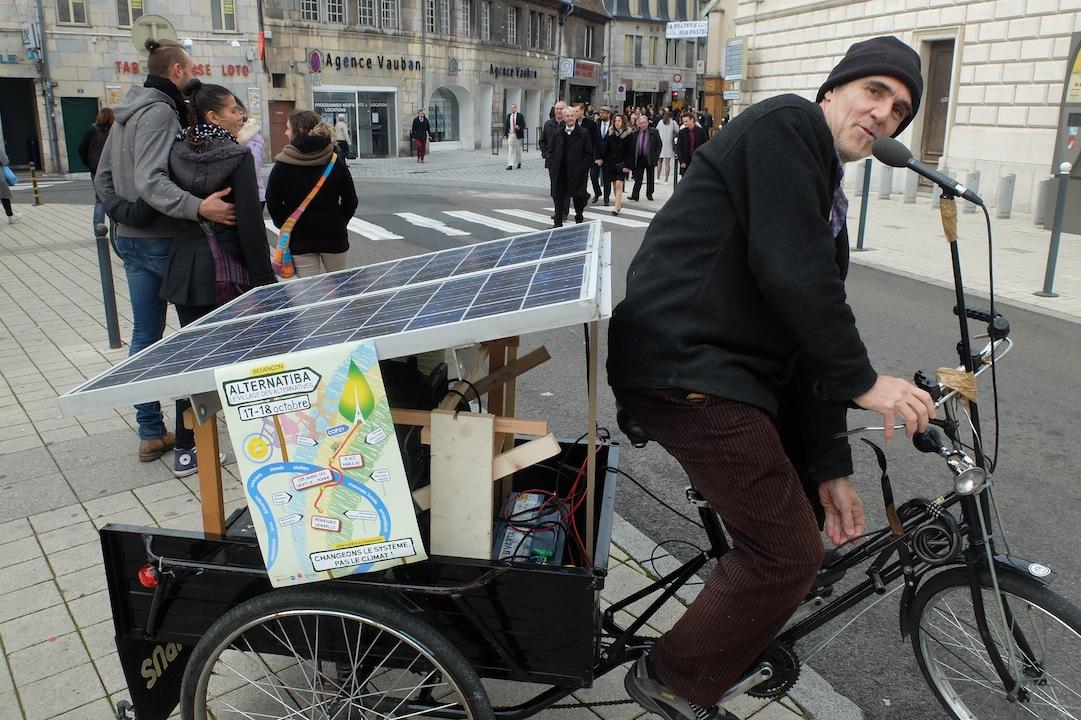 Une sono transportable et rechargeable pour annoncer le monde qui naît... Photos DB