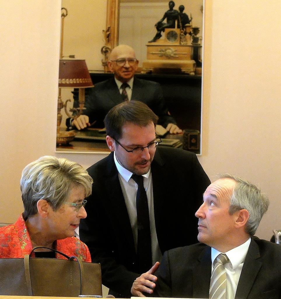 Marie-Guite Dufay avec le directeur général des services Gilles Da Costa et son directeur de cabinet Rodolphe Dumoulin (debout) sous le regard d'Edgar Faure...