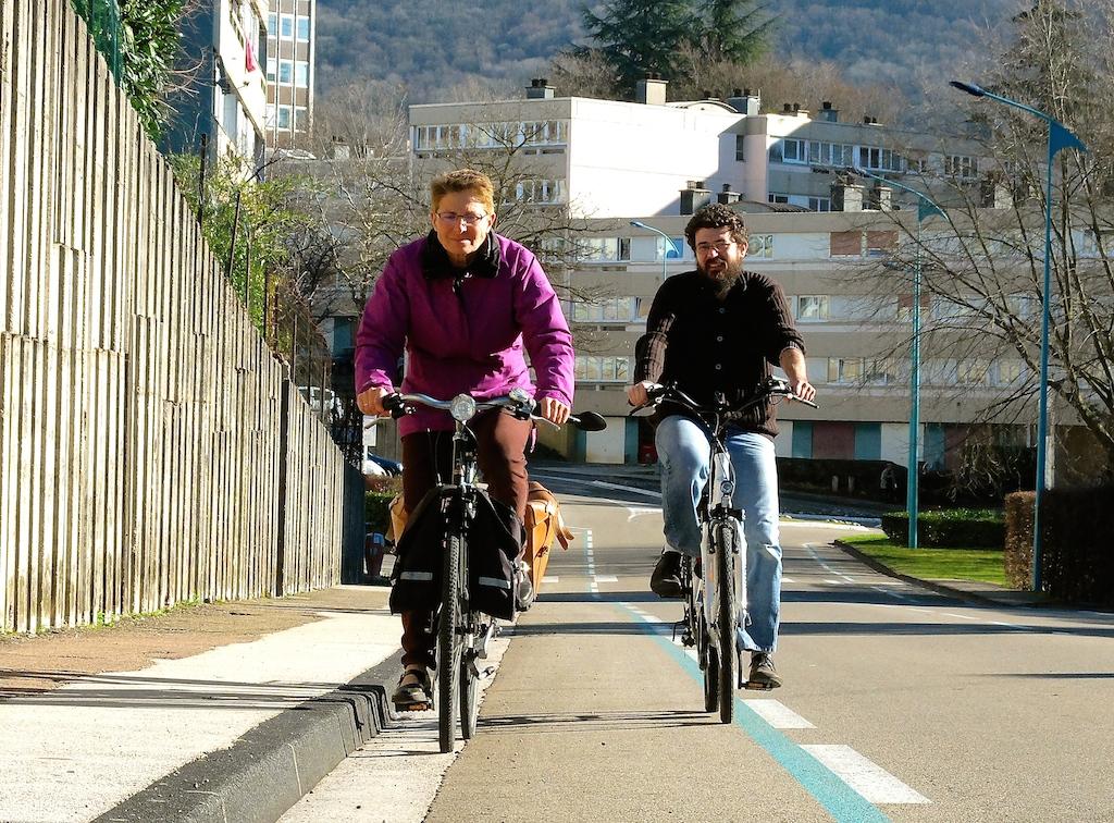 Claude Changarnier et Julien Da Rocha, de l'association lédonienne Vélo qui rit : « notre objectif est de montrer que le vélo à assistance électrique est accessible à tous ». Ph D.B.