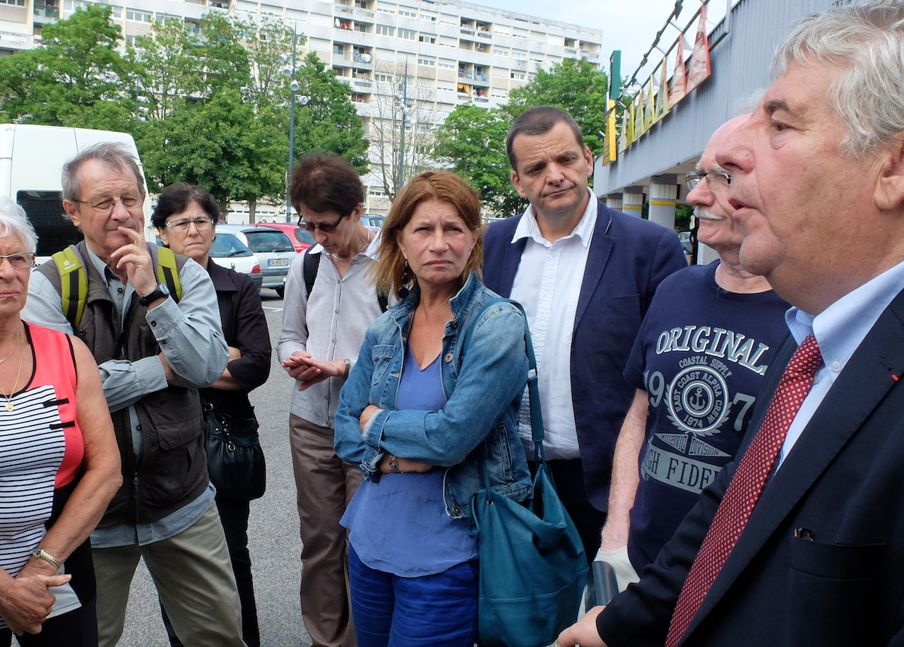 Danièle Poissenot (au centre) lors d'une visite de Planoise avec Jean-Louis Fousseret. (Photo d'archives DB)