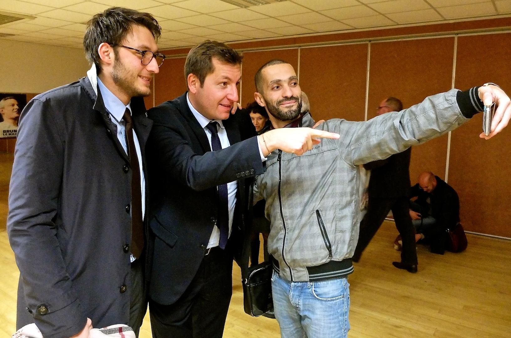 Alain Chrétien sacrifiant au selfie avec des sympathisants...  (photos Daniel Bordur)