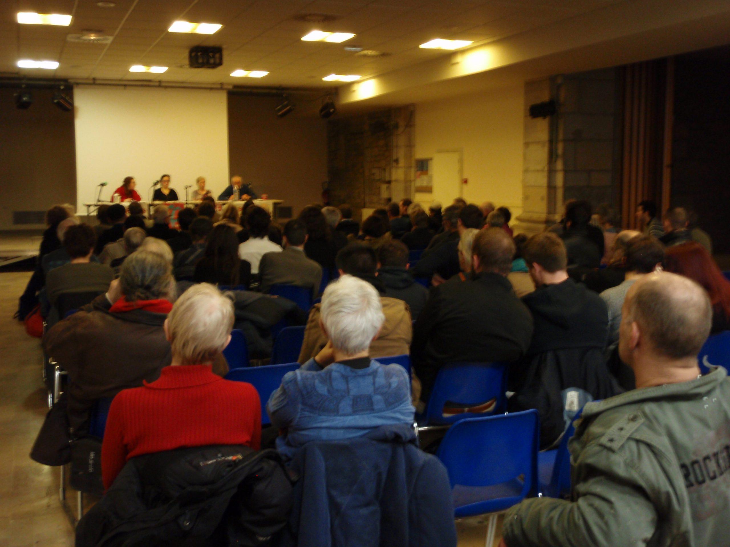 Public nombreux salle Battant à Besançon pour la soirée-débat sur l'agriculture écologique et paysanne