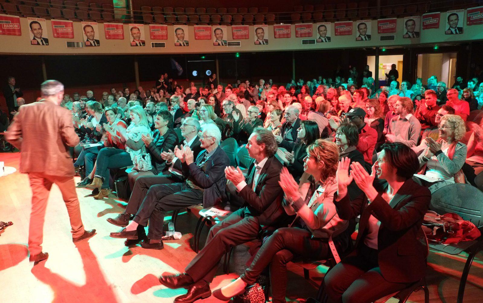 Un peu plus de 200 personnes ont soutenu Benoît Hamon au Kursaal tandis qu'à peu près autant s'enthousiasmaient pour Jean-Luc Mélenchon à Battant. (photos Daniel Bordur)