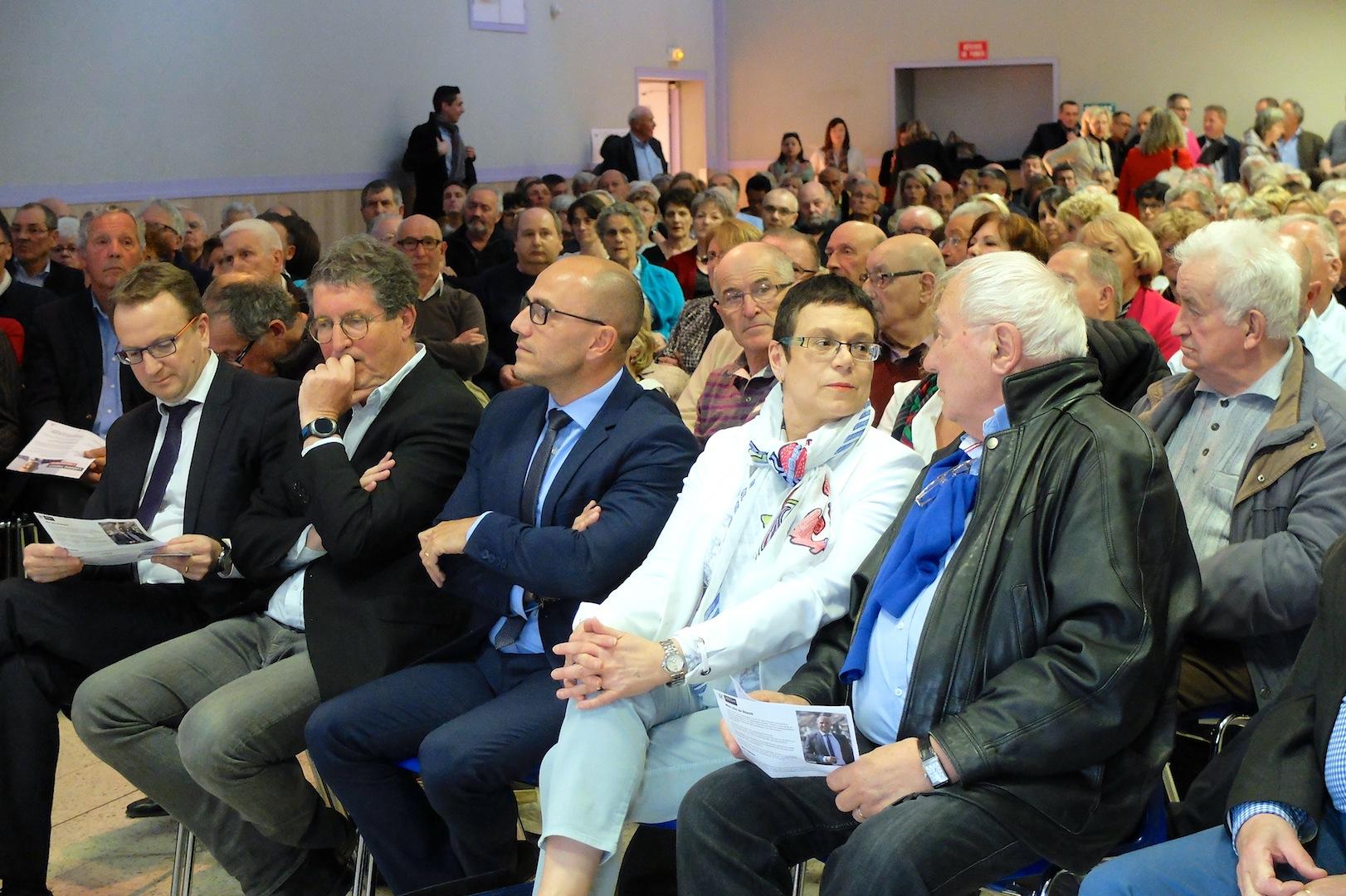 Au premier rang du meeting, Ludovic Fagaut encadré par Denis Leroux, Philippe Gonon, Christine Bouquin et Georges Gruillot. (Photos Daniel Bordur)