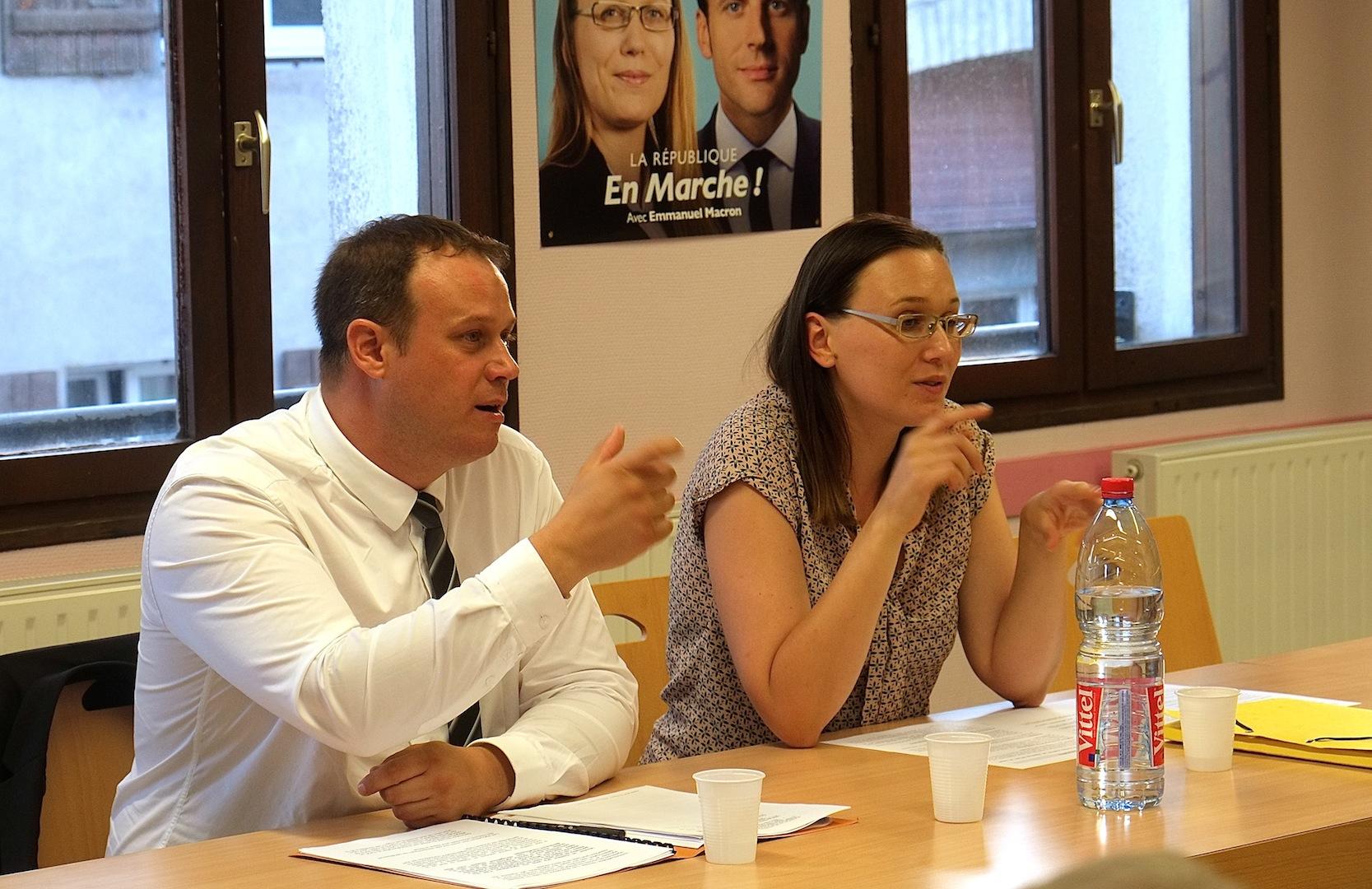 Fannette Charvier et son suppléant Arnaud Grosperrin, lors d'une réunion de campagne à Miserey-Salines. (Photos Daniel Bordur)