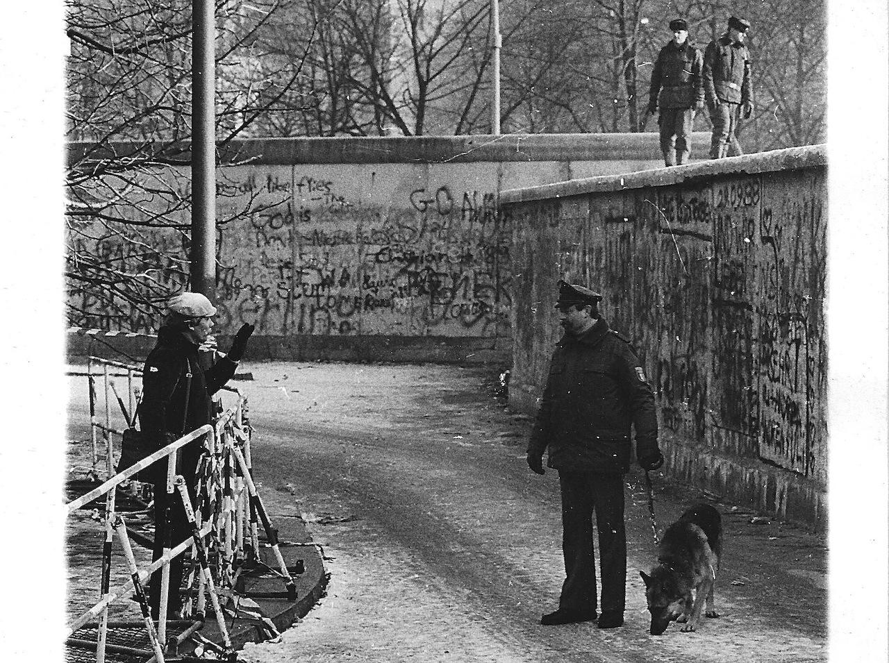 Berlin, décembre 1989. Depuis le 9 novembre, on franchit le mur par les passages autorisés, il est gardé pour quelques jours encore... (Photo d'archives Daniel Bordur)