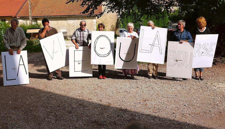 Le Franois. Les militants jurassiens d'Attac répètent une saynète théâtralisée qu'on verra dans les prochaines semaines lors d'actions menées dans le cadre de la campagne « rendez l'argent ». (Photo Daniel Bordur)
