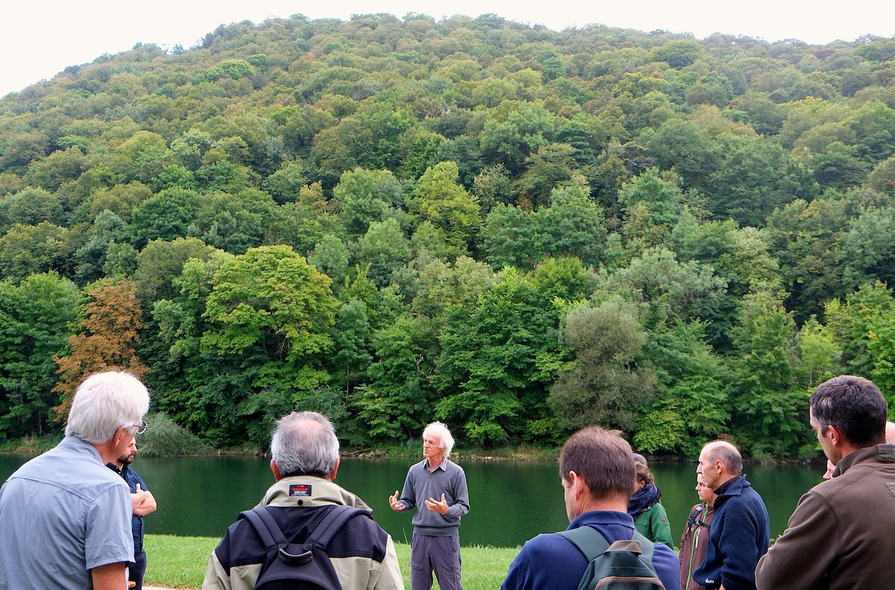 Causerie avec Ernst Zurcher sur l'histoire de la forêt à la Gare d'eau, à Besançon... (Photos Daniel Bordur)