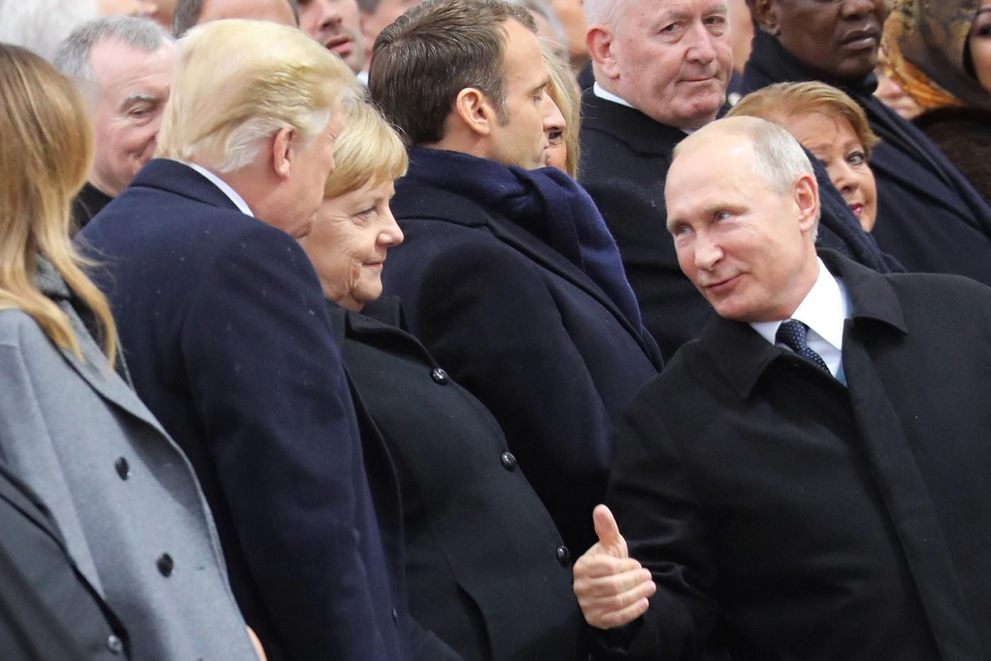 sur le site de la croix : https://www.la-croix.com/Monde/A-Elysee-conversation-batons-rompus-entre-Trump-Poutine-2018-11-11-1300982361