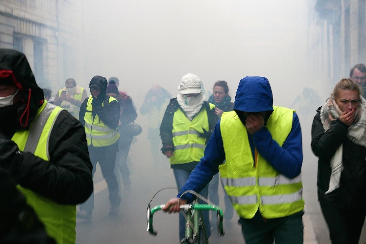 Samedi, peu avant 15 heures 50. Une nouvelle salve de lacrymogènes fait refluer les manifestants. (Photos Daniel Bordur)