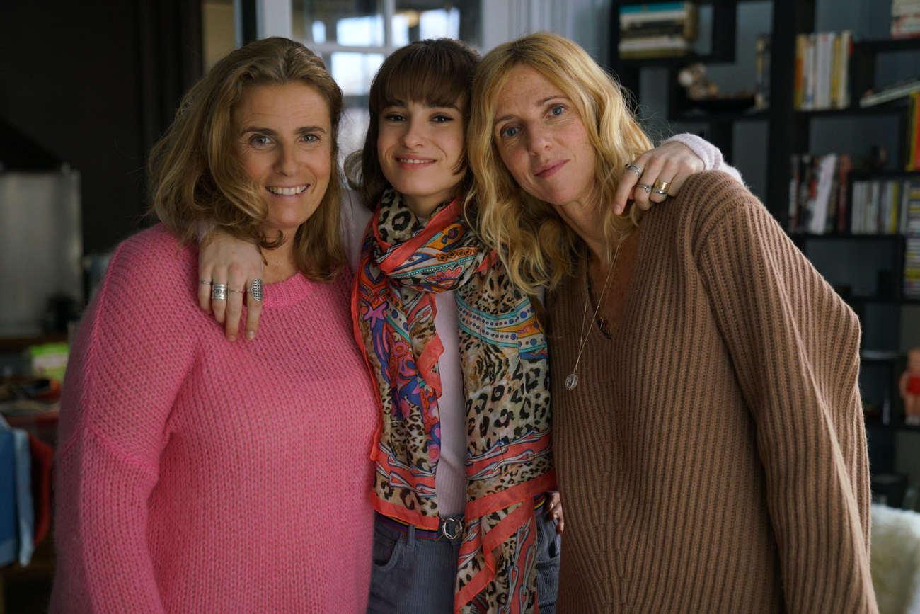 La jeune actrice Thaïs Alessandrin (au centre) avec ses «deux» mères sur le tournage: la vraie, Lisa Azuelos, et celle de cinéma, Sandrine Kiberlain.