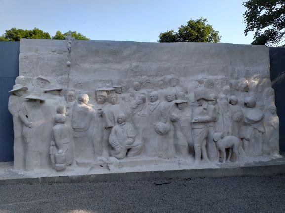 Un enterrement à Ornans, un bas-relief gigantesque. Hommage de Gustave Lafond à Gustave Courbet.