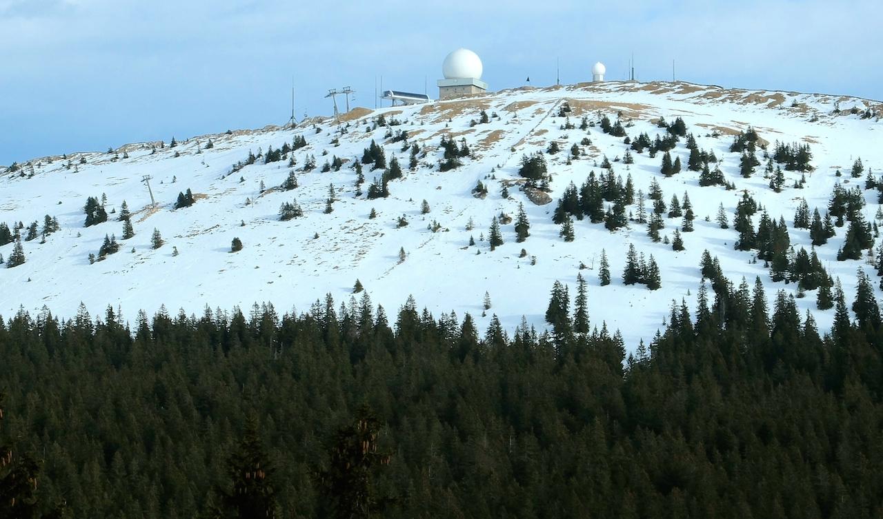 La Dôle, 1677 mètres d'altitude, est plus longtemps enneigée que les Tuffes, 1417 mètres, où étaient prévues les deux pistes auxquelles la station a renoncé... (Photo d'archives DB)